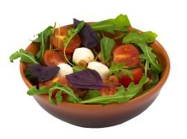 Салат из рукколы, креветок, моцареллы и помидоров черри