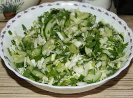 Салат «Летний» с огурцами и капустой